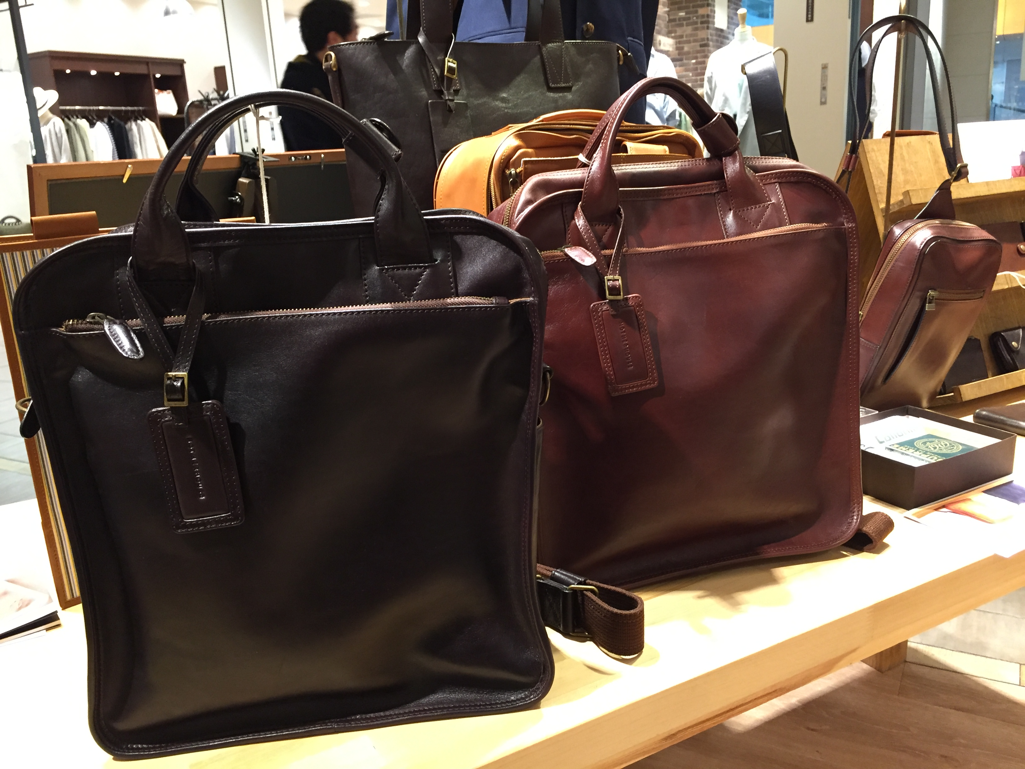 マザーハウスのバッグ。結構いいですね。
