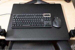 サンワ ノートパソコンスライダー にキーボードとマウスを載せてみる