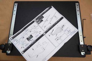 サンワ ノートパソコンスライダー 組み立て作業します。
