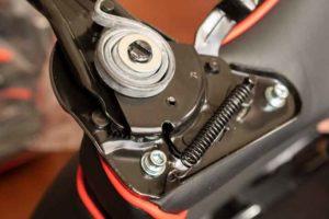Gtracing GT909 のリクライニング機構の取り付け