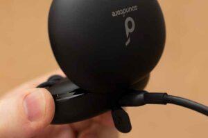 Soundcore Life A2 NC の充電ケースにUSBケーブルを接続。
