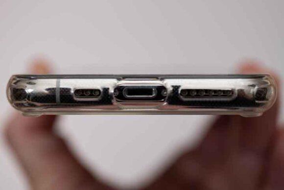 ESR iPhone 11 Pro ケースの装着例スピーカー、ライトニング端子部分